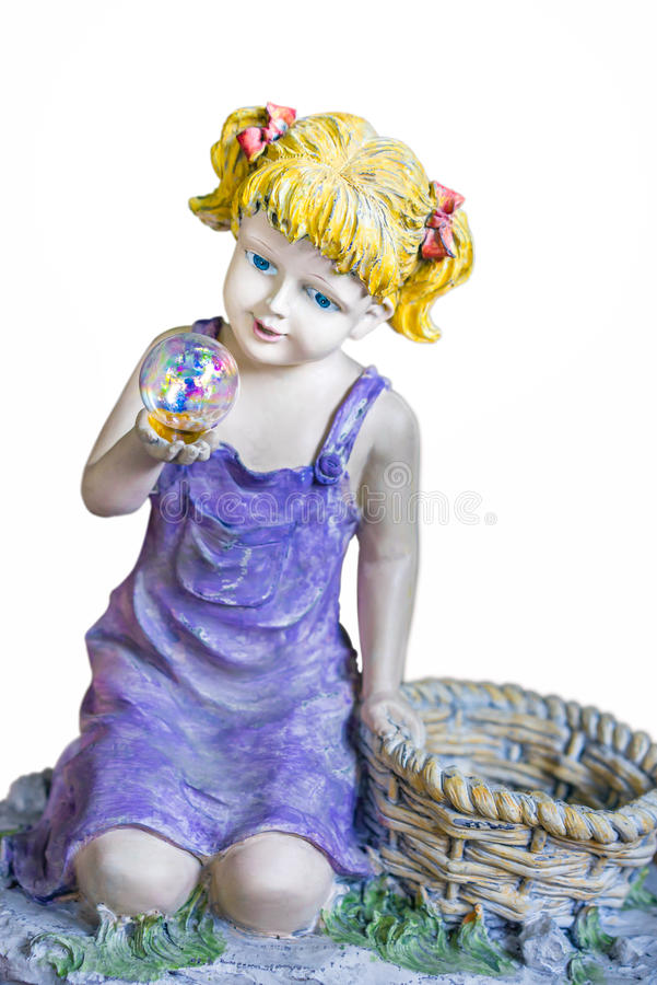 Девушка смотря в хрустальный шар стоковые изображения