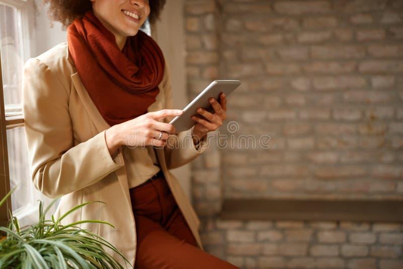 Девушка смотря занимаясь серфингом интернет на iPad стоковое изображение rf