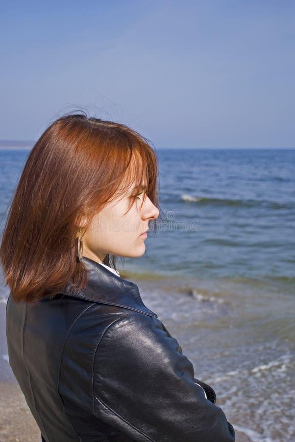 девушка смотря море заботливо стоковые фотографии rf