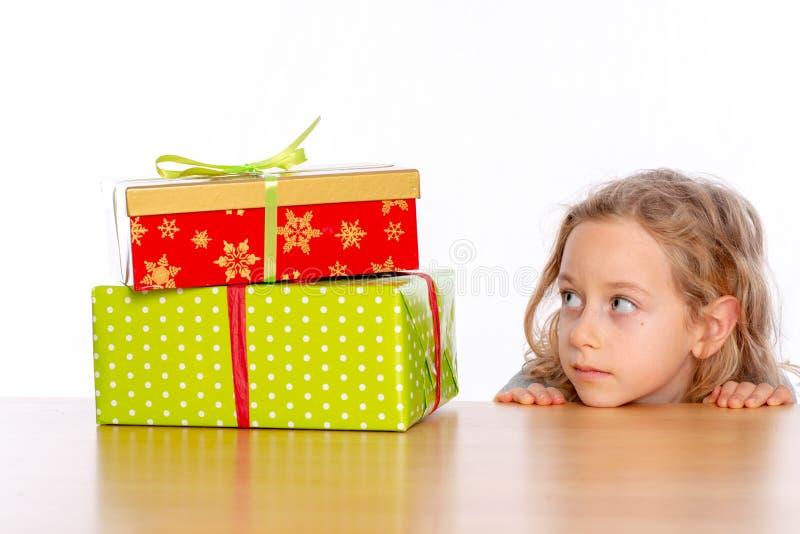 Девушка смотря на таблице на зеленом настоящем моменте стоковая фотография