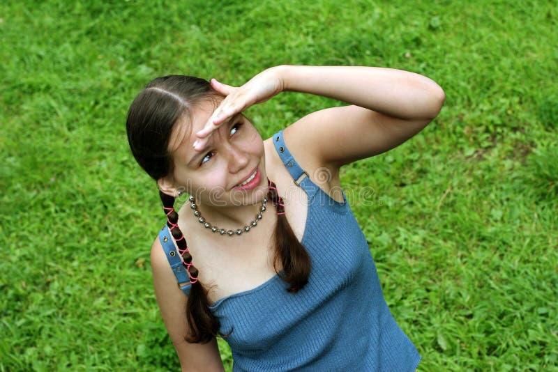 девушка смотря подростковое поднимающее вверх стоковое фото
