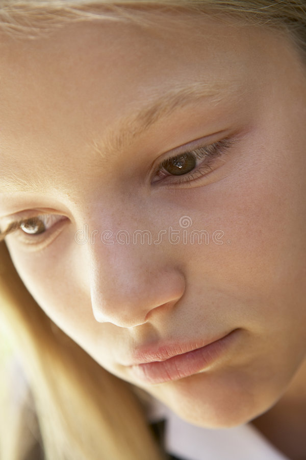 девушка смотря портрет несчастный стоковые изображения rf