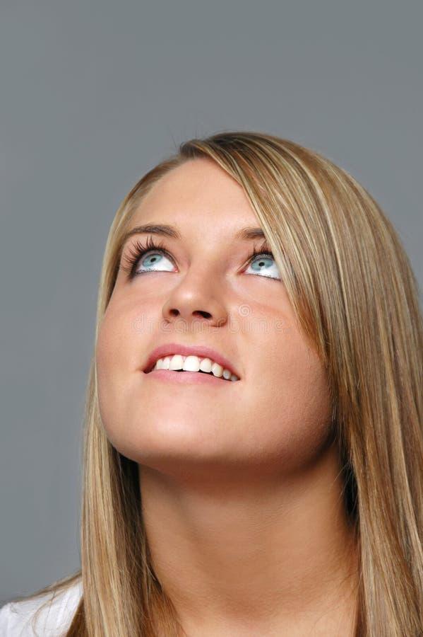 девушка смотря предназначенное для подростков поднимающее вверх стоковое изображение rf