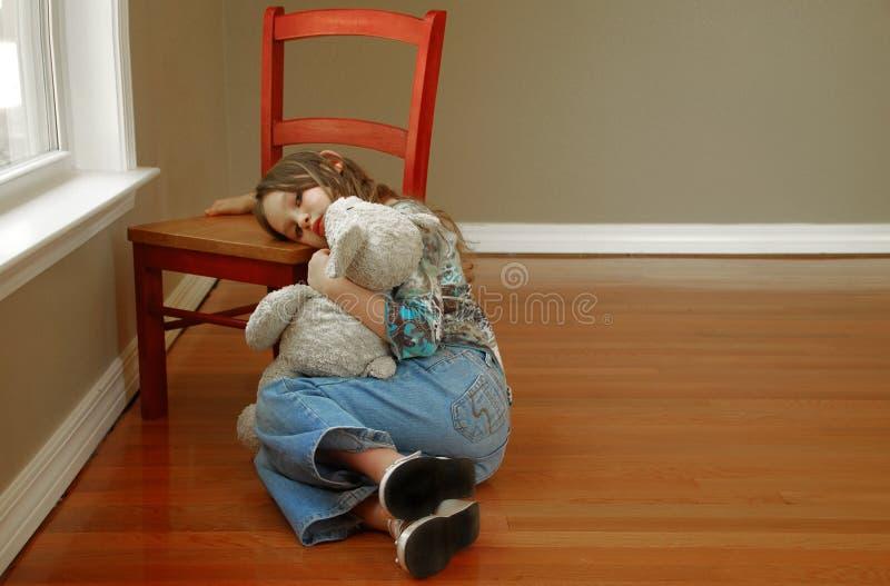 девушка смотря унылых детенышей стоковое изображение rf