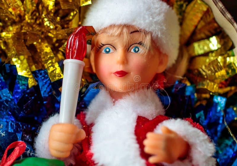 Девушка снега с факелом в руке напоминает о Новом Годе стоковое фото