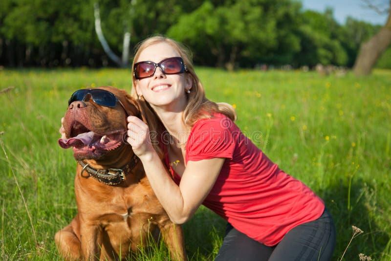 девушка собаки ее детеныши стоковая фотография rf