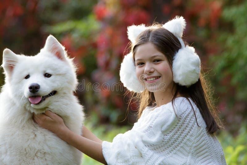 девушка собаки ее играть стоковое фото