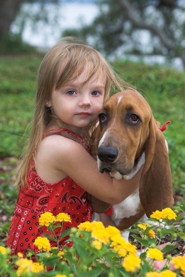 девушка собаки немногая стоковая фотография
