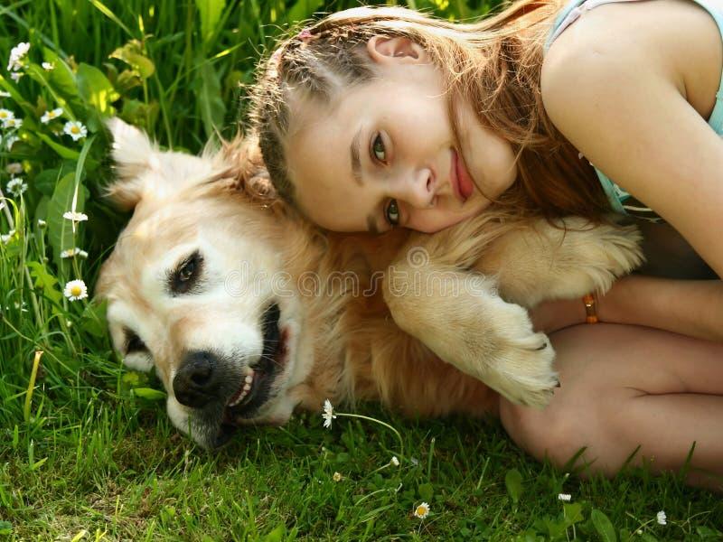 девушка собаки немногая стоковые фотографии rf