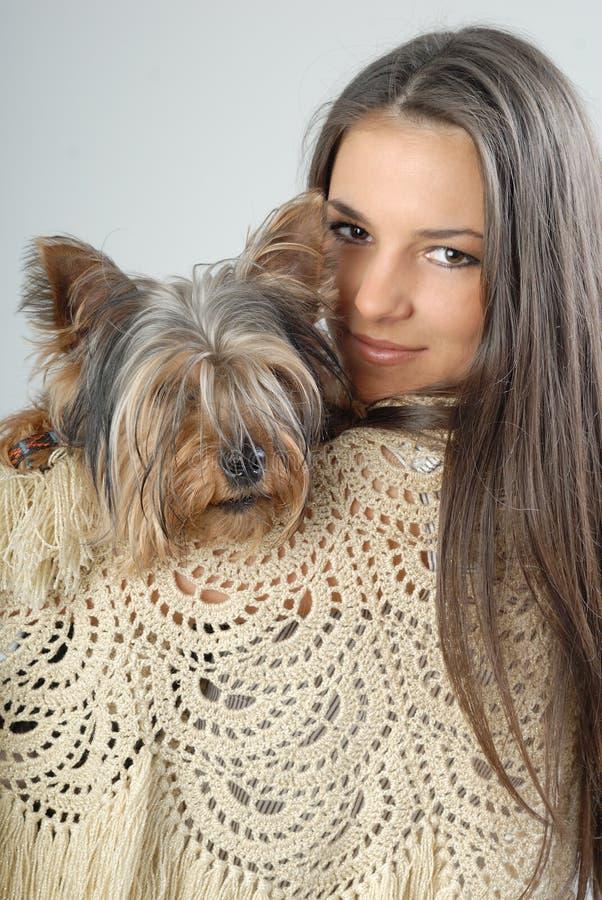 девушка собаки счастливая она стоковые изображения rf