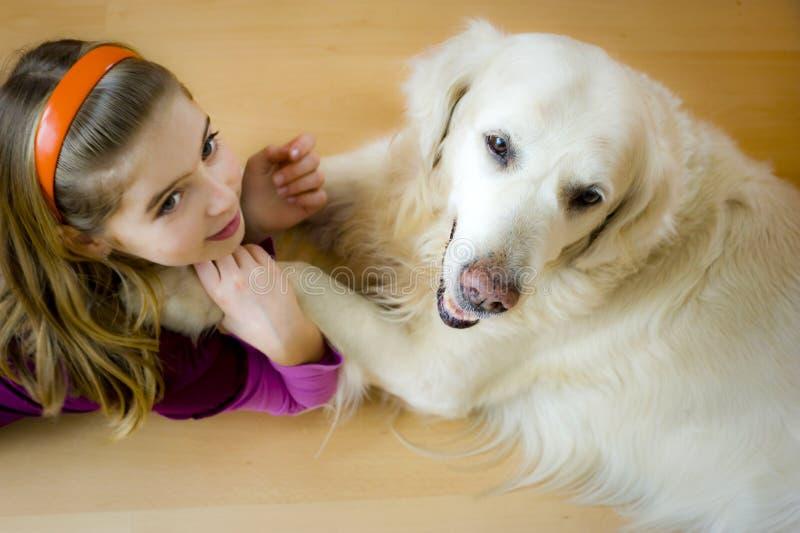 девушка собаки счастливая стоковое изображение