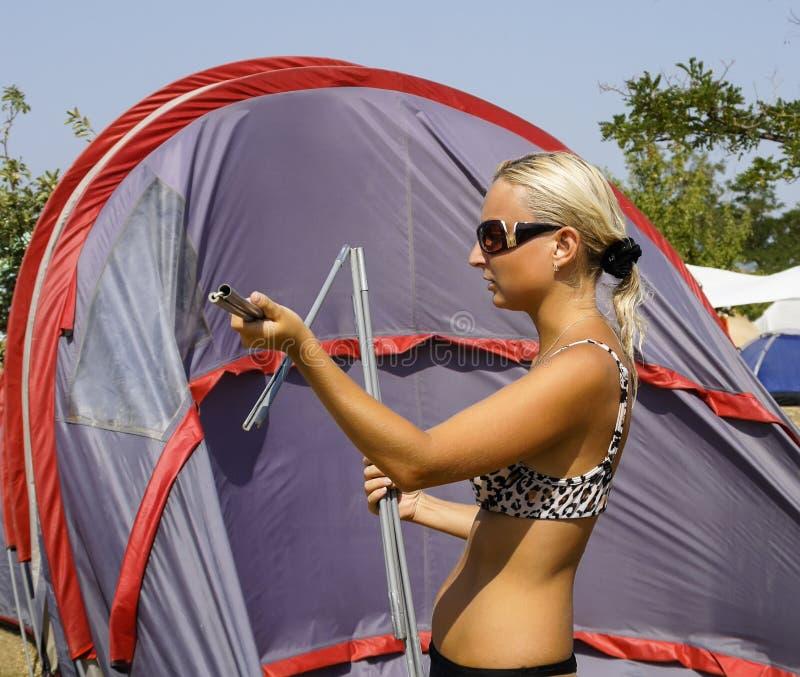 Download Девушка собирает или кладет шатер Стоковое Фото - изображение насчитывающей предохранение, женщина: 41657650