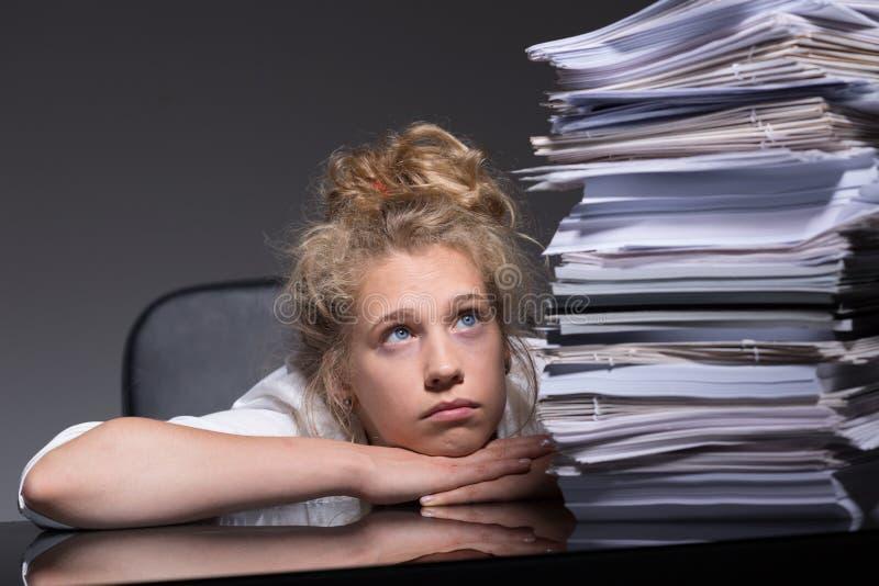 Девушка сокрушанная обработкой документов стоковая фотография rf