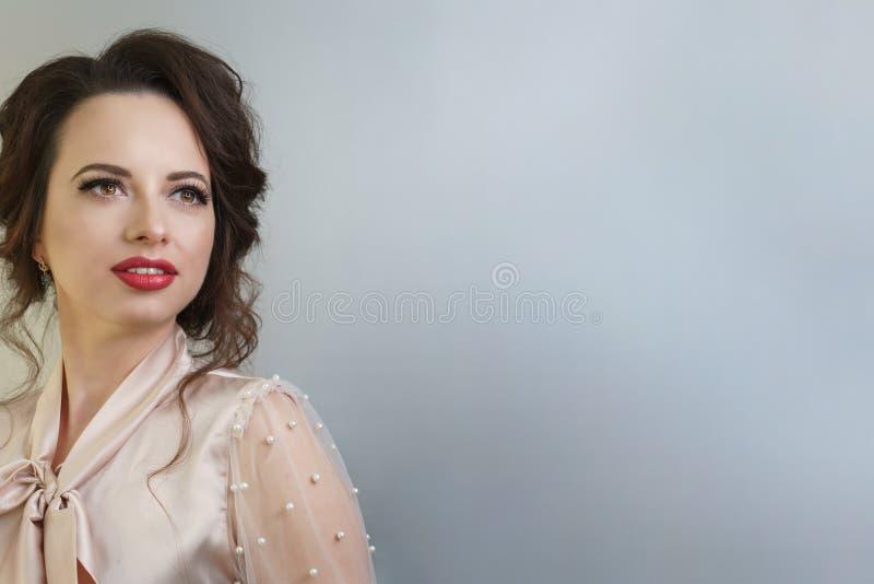 Девушка со стрижкой и макияжем Брюнет стоковое изображение