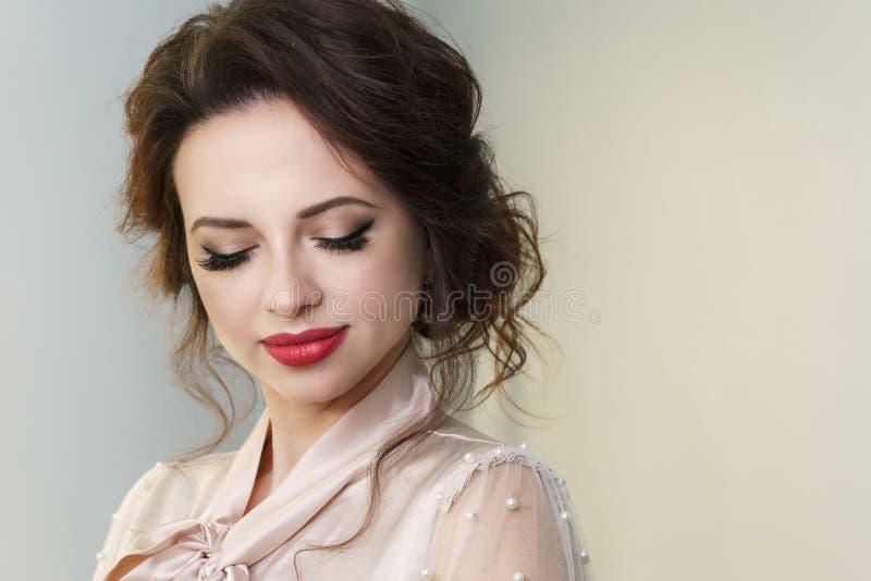 Девушка со стрижкой и макияжем Брюнет стоковое фото