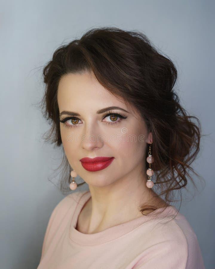 Девушка со стрижкой и макияжем Брюнет стоковое изображение rf