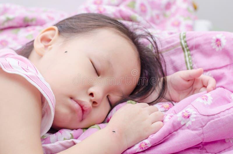 Девушка спать на кровати и укусе москитами стоковое фото rf
