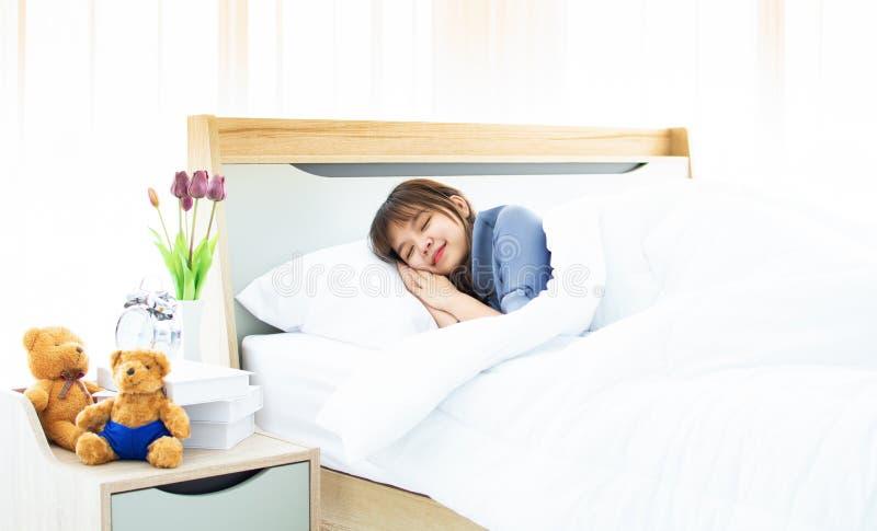 Девушка спит ее кровать стоковое фото rf