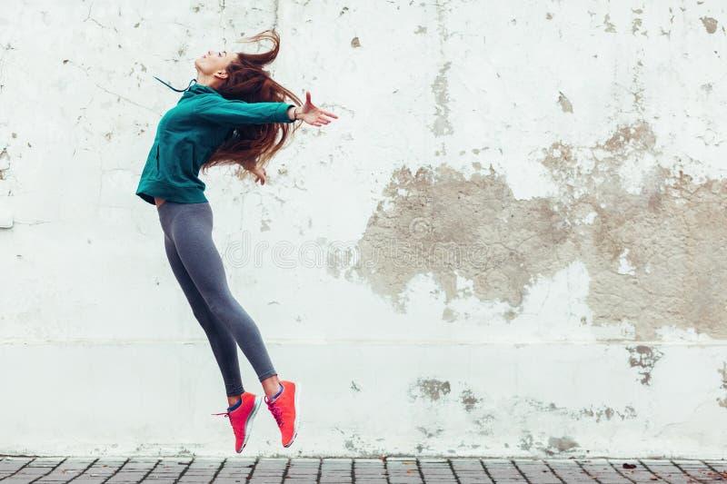 Девушка спорта фитнеса в улице стоковые фотографии rf