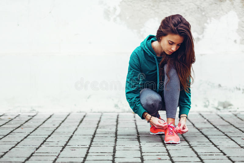 Девушка спорта фитнеса в улице стоковая фотография rf