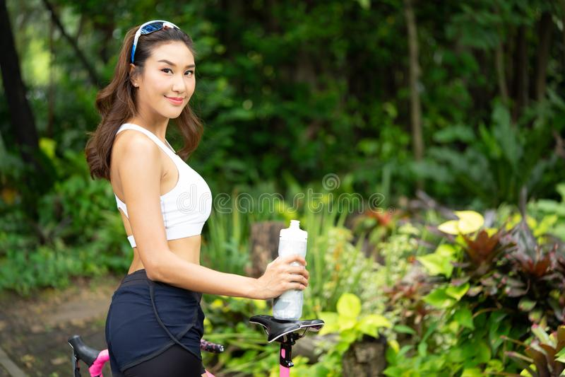 Девушка спорта Smiley красивая молодая держа бутылку воды стоковое изображение rf