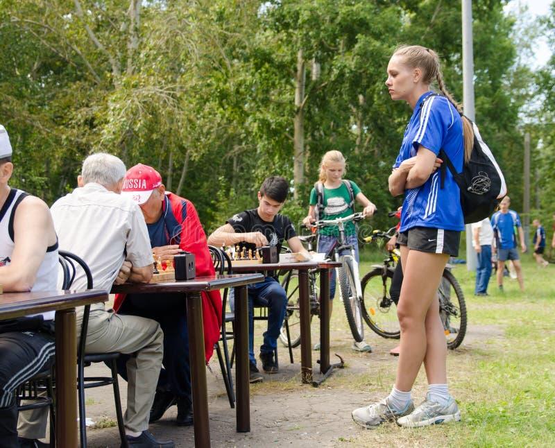 Девушка спортсмена наблюдая игру в шахматы в любительской конкуренции стоковая фотография rf