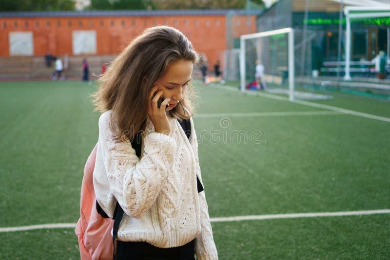 Девушка средней школы вызывает стоковое фото rf