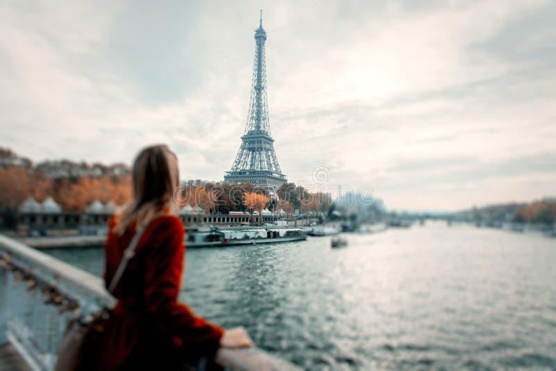 Девушка стиля в Париже с Эйфелевой башней на предпосылке стоковые фотографии rf