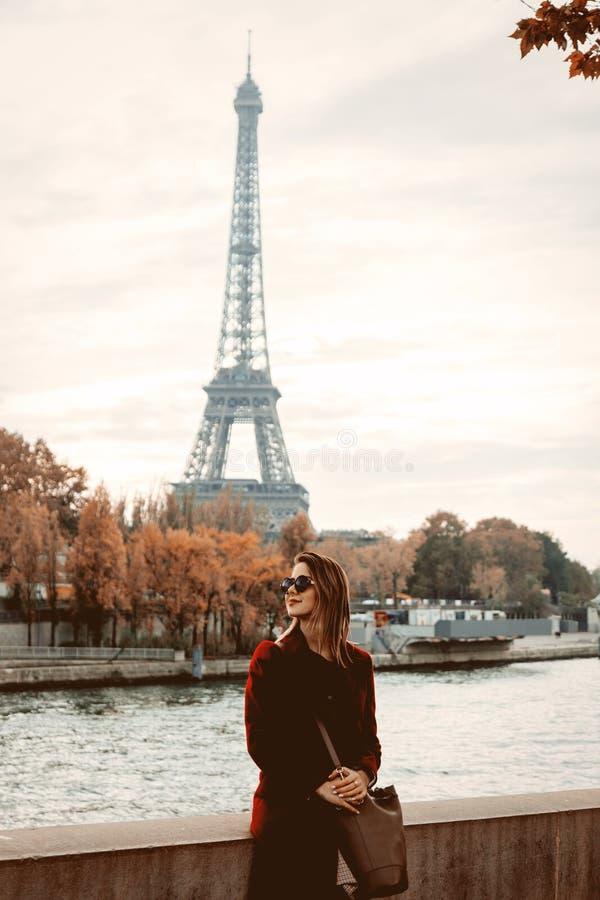 Девушка стиля в Париже с Эйфелевой башней на предпосылке стоковые фото