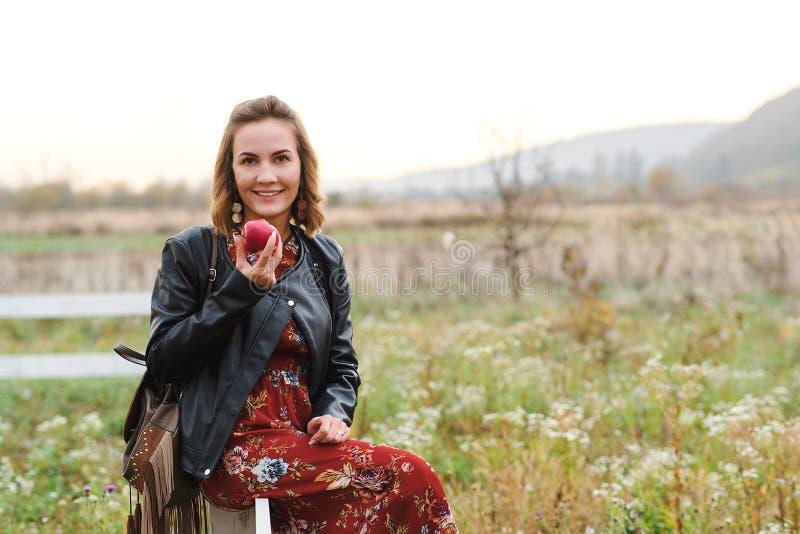 Девушка стиля моды милая с обмундированием hippie outdoors на заходе солнца Образ жизни Boho Женщина нося в кожаной куртке, ультр стоковая фотография rf