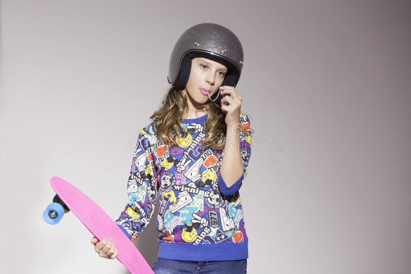 Девушка стиля улицы с скейтбордом стоковое фото rf