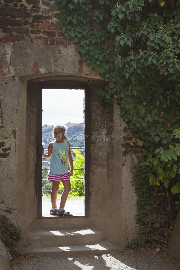 Девушка стоит в входе стоковая фотография