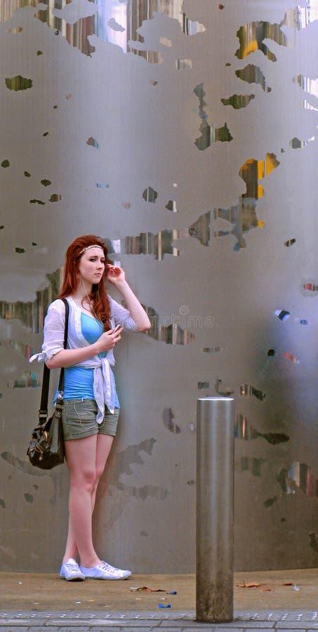Девушка стоит одно ожидание стоковое фото rf