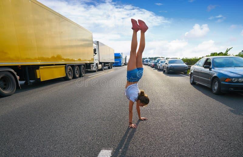Девушка стойки руки в дороге затора движения стоковые изображения