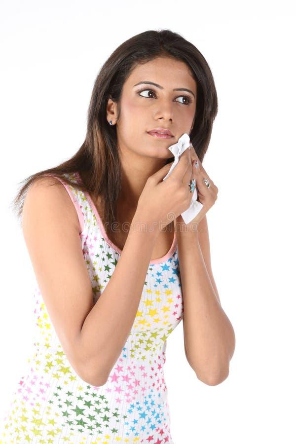 девушка стороны ее бумажный обтирать ткани стоковые изображения rf