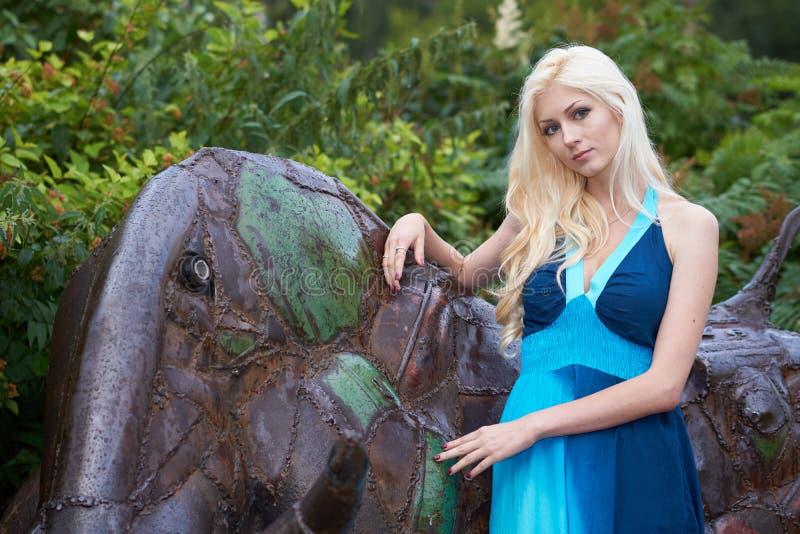 Девушка стоя близко статуя стоковые изображения rf