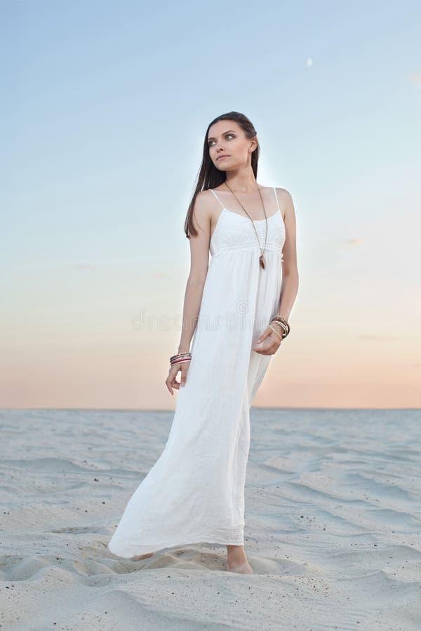 Девушка стоя в пустыне стоковые фото