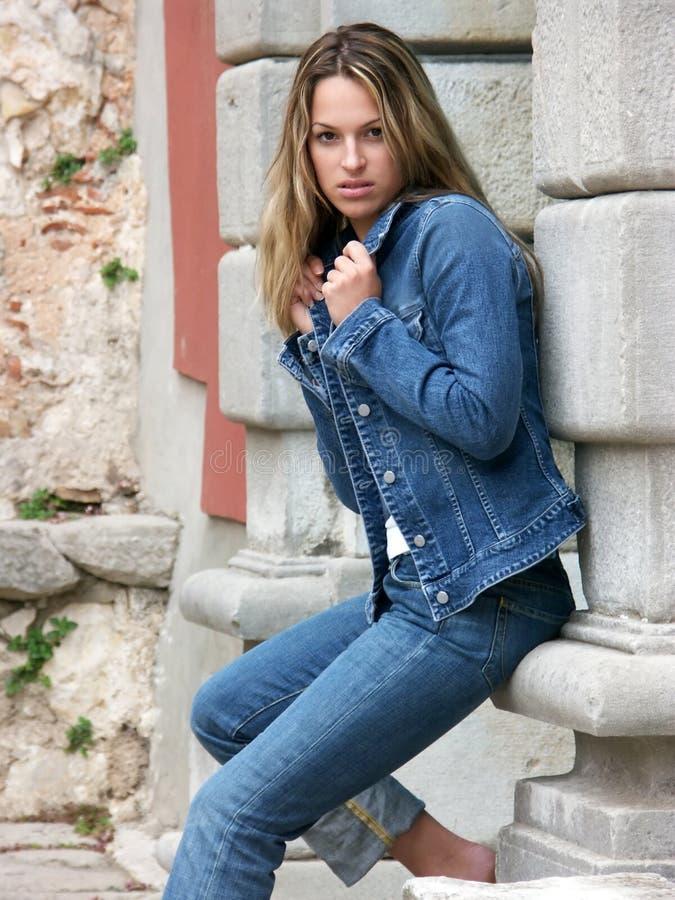 девушка стоя ждущ стоковое фото rf