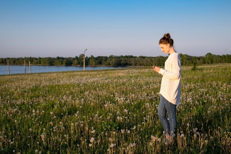 Девушка стоя и держа планшет стоковые фотографии rf