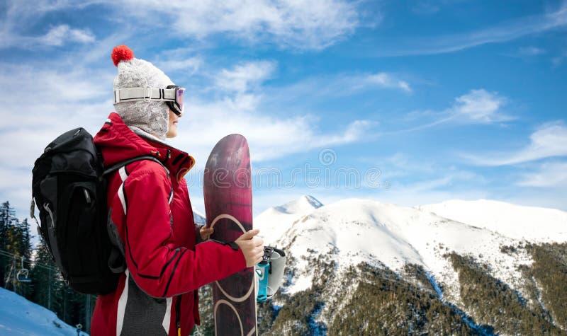 Девушка стоя с сноубордом стоковые изображения rf