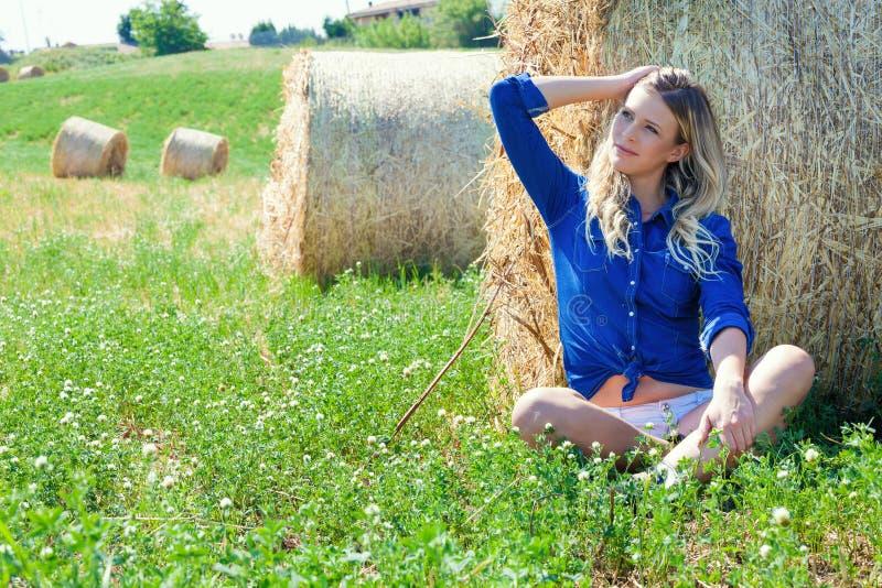 Девушка страны Естественная белокурая женщина стоковые фотографии rf