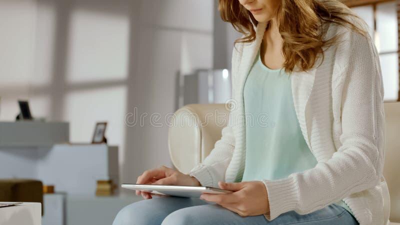 Девушка студента используя цифровой планшет для онлайн образования, работая на проекте класса стоковое фото rf