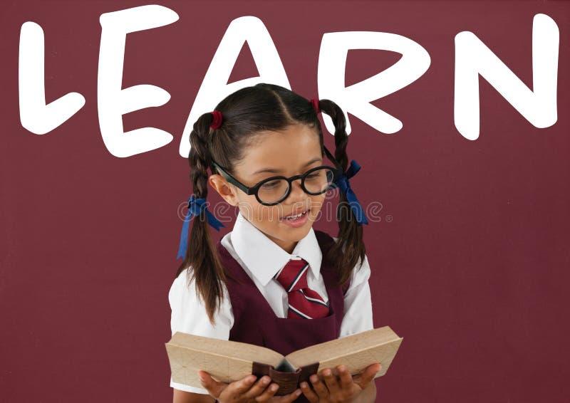 Девушка студента на таблице против красного классн классного с учит текст бесплатная иллюстрация