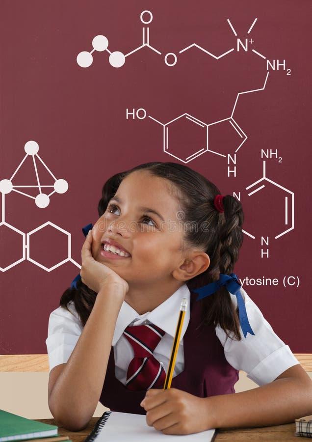 Девушка студента на таблице смотря вверх против красного классн классного с школой и графиком образования стоковые фотографии rf