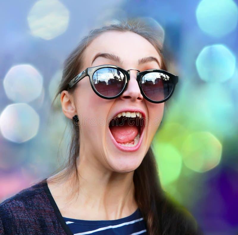 Девушка студента имея потеху стоковые фото