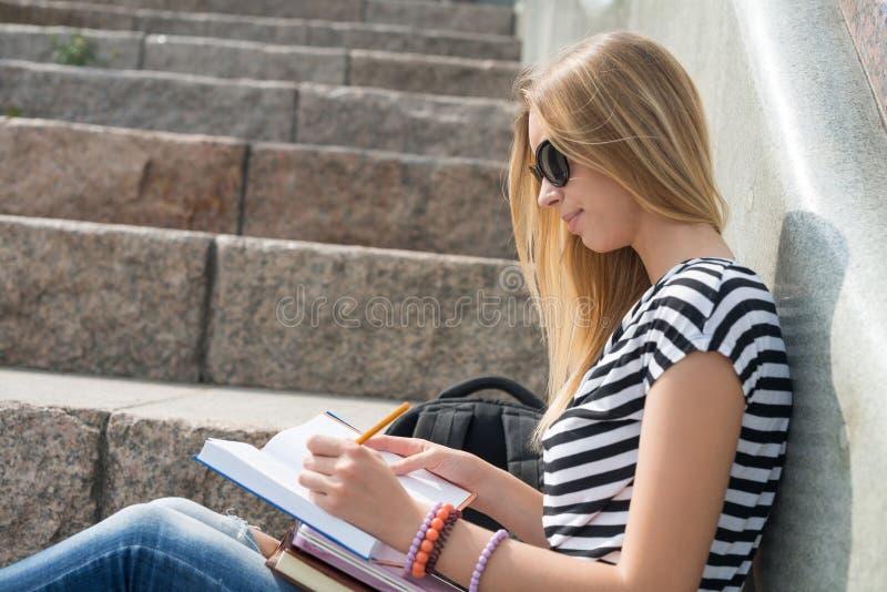 Девушка студента на лестнице стоковая фотография