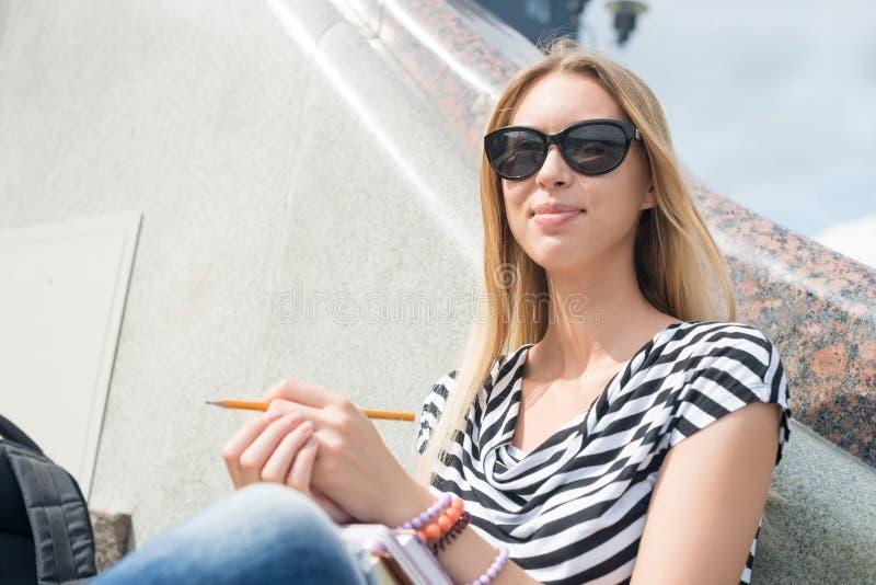 Девушка студента на лестнице стоковые изображения