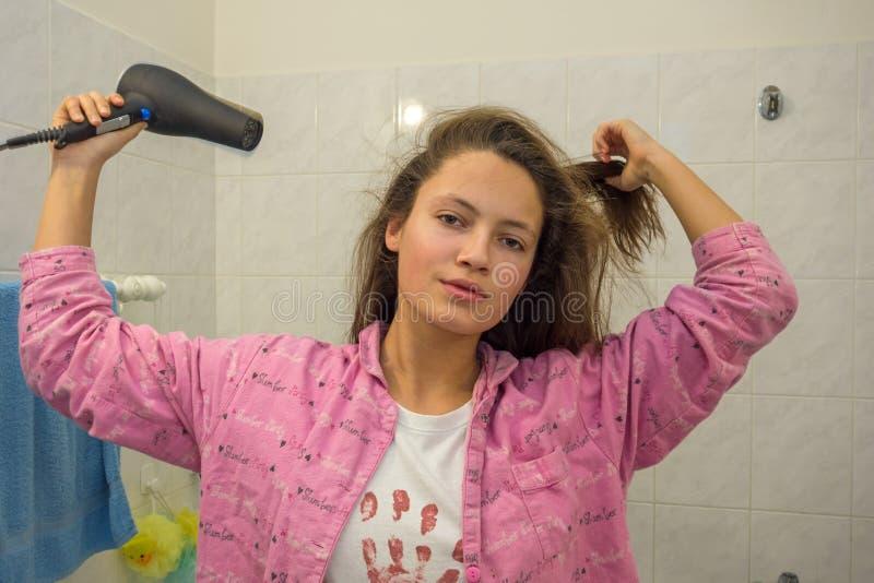 Девушка сушит ее волосы стоковые изображения rf