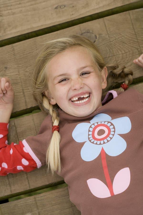 девушка счастливая отсутствие зубов стоковая фотография rf