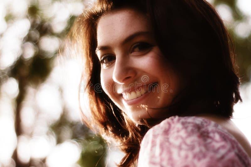 девушка счастливая outdoors стоковое фото rf